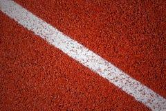 Linha branca em uma superfície da textura da pista de atletismo, fundo, v Fotografia de Stock