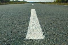 Linha branca estrada asfaltada escura imagens de stock royalty free