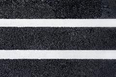 Linha branca paralela da marcação dois na estrada asfaltada Fotografia de Stock Royalty Free