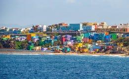Linha colorida da casa a parte dianteira de oceano em San Juan, Porto Rico Fotos de Stock Royalty Free