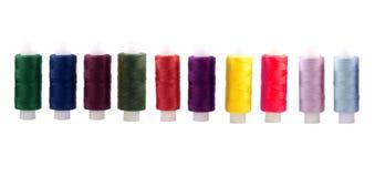 Linha colorida nas bobinas em um fundo branco Fotos de Stock