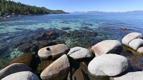 Linha costeira clara da água de Lake Tahoe