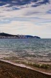 Linha costeira da ilha com o céu azul do mar e da tarde Foto de Stock