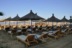 Linha costeira da praia com os guarda-sóis feitos da palha Um céu azul no mar de adriático fotos de stock
