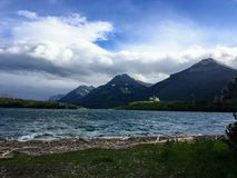 A linha costeira de lago do waterton em um dia ventoso do ` s do verão imagem de stock royalty free