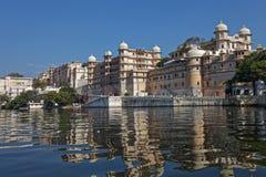 Linha costeira de lago Pichola, Udaipur, Rajasthan, Índia fotos de stock