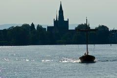 Linha costeira e barco mostrados em silhueta Fotografia de Stock Royalty Free