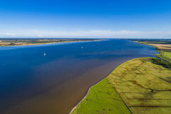 Linha costeira e campos verdes fotos de stock