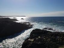 Linha costeira rochosa Fotos de Stock