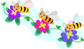 Linha da abelha do trio com flores Imagens de Stock Royalty Free