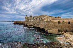 Linha da costa de ilha de Ortigia na cidade de Siracusa, Sicília imagens de stock royalty free