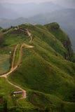 Linha da estrada de montanha verde imagens de stock