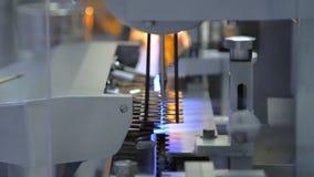 Linha da fabricação na fábrica farmacêutica Ampolas estéreis que selam com fogo video estoque