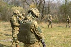 Linha da frente Forças armadas antes do ataque na instrução do campo de batalha Foto de Stock
