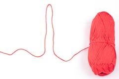 Linha dada forma cardiograma e skein vermelho Imagens de Stock Royalty Free