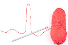 A linha dada forma cardiograma, faz crochê e skein vermelho Imagem de Stock