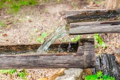 Linha de água das tubulações de bambu naturais foto de stock