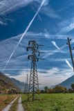Linha de alta tensão da distribuição da eletricidade imagem de stock