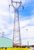 A linha de alta tensão torre do ferro Fotos de Stock Royalty Free