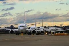 Linha de aviões de passageiros comerciais na pista de decolagem Fotografia de Stock Royalty Free