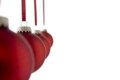 Linha de Baubles vermelhos do Natal Fotos de Stock Royalty Free