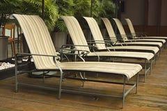 Linha de cadeiras de plataforma em torno de uma área de associação imagens de stock royalty free