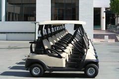 Linha de carrinhos de golfe fotografia de stock royalty free