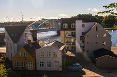 Linha de casas ao lado da ponte na parte dianteira da água Fotos de Stock