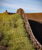 Linha de cerca através do campo fotos de stock