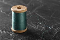 Linha de costura em um carretel de madeira velho foto de stock