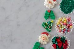 A linha de decoração do cozimento do Natal expôs para decorar cookies imagens de stock royalty free
