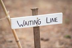 Linha de espera sinal na vara fotografia de stock royalty free