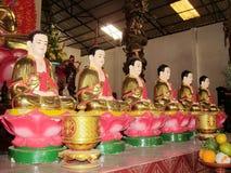 Linha de estátuas de buddha no templo budista Fotos de Stock