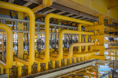 Linha de fluxo da árvore da X-massa para o processo de produção do petróleo e gás imagens de stock