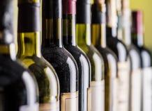 Linha de garrafas de vinho Close-up Imagem de Stock Royalty Free