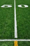 Linha de jardas 50 no campo de futebol americano Imagens de Stock Royalty Free