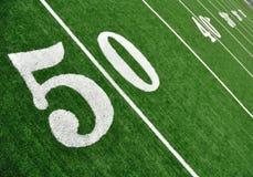 Linha de jardas cinqüênta no campo de futebol americano Fotografia de Stock Royalty Free