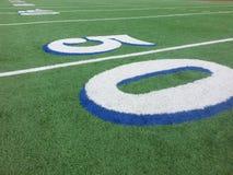 Linha de jardas do campo de futebol 50 Fotografia de Stock Royalty Free
