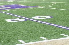 linha de jardas 50 em um campo de futebol Fotos de Stock Royalty Free