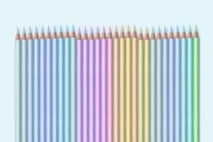 Linha de lápis coloridos na luz - fundo azul Imagens de Stock
