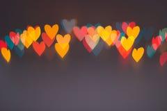 Linha de luzes borradas coloridas da forma do coração foto de stock royalty free