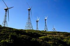 Linha de moinhos de vento para a produção energética elétrica renovável Foto de Stock Royalty Free