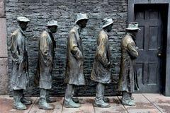 ?A linha de p?o ?escultura por George Segal fotos de stock