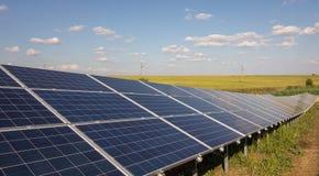 Linha de painéis solares Imagens de Stock