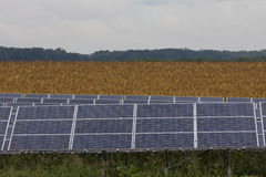 Linha de painéis solares Foto de Stock Royalty Free