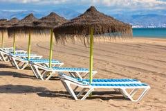Linha de parasóis na praia espanhola da areia Fotografia de Stock