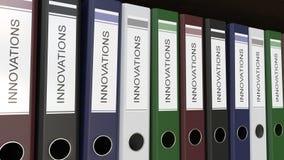 A linha de pastas multicoloridos do escritório com inovações etiqueta a rendição 3D Imagem de Stock