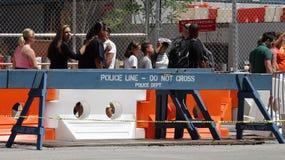 Linha de polícia segurança e pedestres imagem de stock royalty free