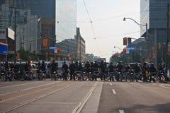 A linha de polícia que obstrui a cimeira dos protestors G8/G20 Imagens de Stock Royalty Free