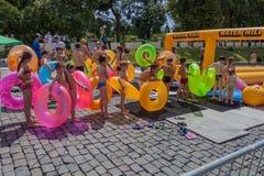 Linha de povos com anel inflável Monte da água ucrânia Kharkiv 10 de julho de 2016 Imagens de Stock Royalty Free